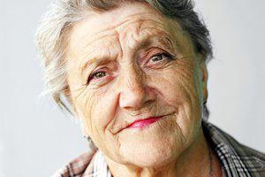 femme plus agee rides